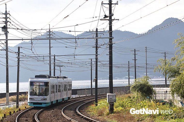 ↑宮島線の阿品東駅付近からは、広島湾越しに宮島の威容を前面に眺め走る