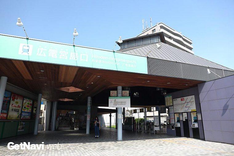↑宮島線の終点駅・広電宮島口駅。駅のほぼ目の前に宮島への連絡フェリーの乗り場がある