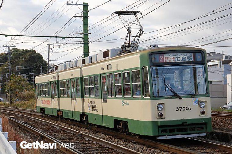 ↑1984年に導入された3700形。3車体4台車の連接構造で現在、5編成が宮島線走っている