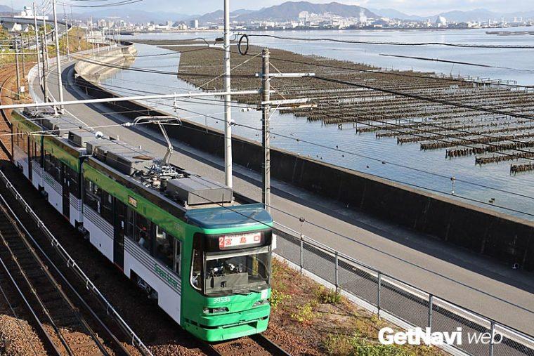 ↑3950形「Green Liner」。阿品東駅付近では広島湾沿いに設けられた牡蠣棚を横に見て走る
