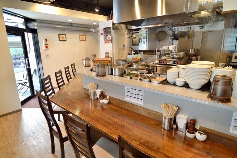 ↑白亜の空間に、オープンキッチンを囲むように設けられたカウンター席。さながら美食のステージといえるでしょう