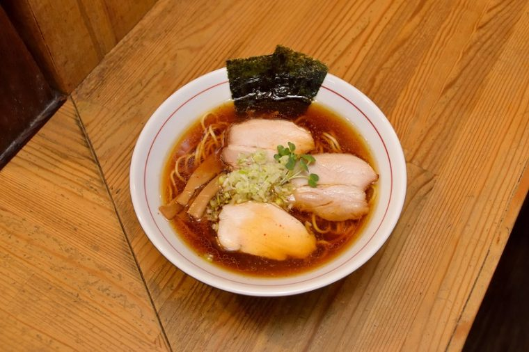 ↑しもふり中華そば(750円)。丸鶏と鶏ガラによるスープに数種の魚介と乾物のダシをブレンドし、凪製麺の平打ち中細ストレート麺が絡みます