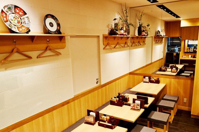 ↑和モダンで清潔感あふれる、すっきりとした雰囲気の店内。7席のカウンターのほかに16席のテーブルがあり、日夜多くの女性がラーメンを楽しみながらワイワイとにぎわっています