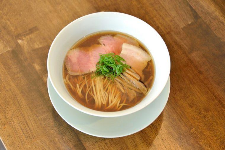 ↑醤油拉麺(¥750)。淡麗系を思わせる優美なルックスですが、いただいてみるとどっしりとした旨みに驚かされます