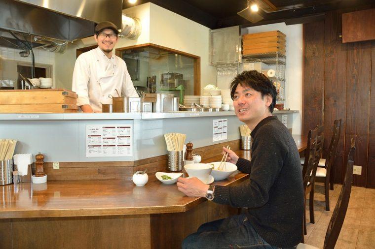 ↑終始リラックスモードの齋藤さんと田中さん。いまでは共通の友人の誕生会をこの場所で開催するほどの親密な関係です