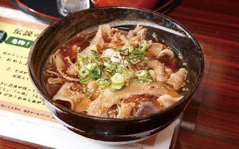 ↑特製豚そば/温(680円)。柔らかい肉質の「やまと豚」をつゆで煮込んでトッピング。塩だしに豚のうまみが溶けだして、濃厚な味わいとなっている