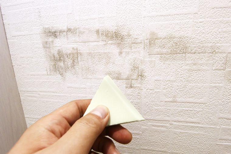 ↑玄関脇の壁紙汚れは、洗剤で拭いても落ちなかった