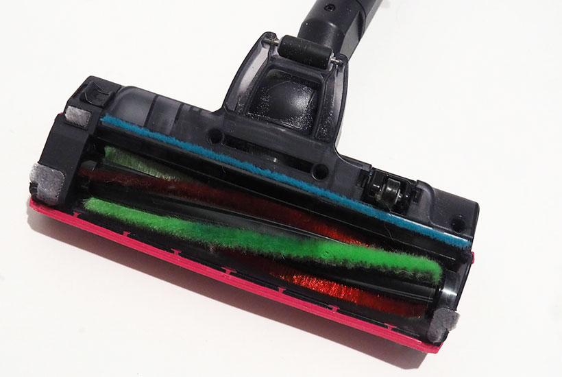 ↑ヘッドの赤い毛が、フローリング表面の汚れをとる「床みがきブラシ」。フローリングに油性ペンで落書きをし、中央だけ掃除したところ、雑巾でゴシゴシ拭いたようにインクがかすれているのがわかります