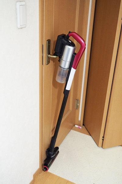 ↑棚や椅子、ドアノブなど、ちょっとしたでっぱりに簡単に引っ掛けられるフックを搭載。また、フック部は滑りにくいラバー素材なので壁に立てかけても倒れにくい