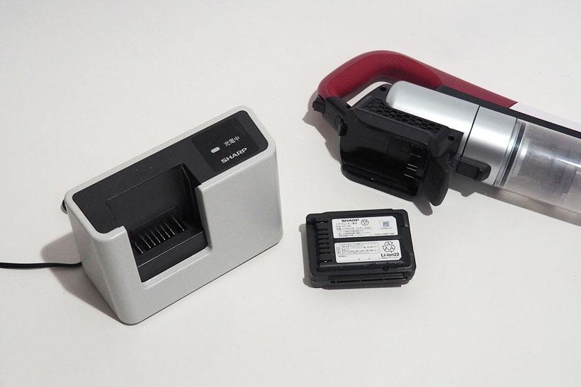 ↑電池を取り外して充電するセパレート・チャージ方式。充電のたびに取り外す手間はあるが、予備電池を用意できるのは便利。充電時間約80分で標準モードで約30分、強モードは役8分運転できます