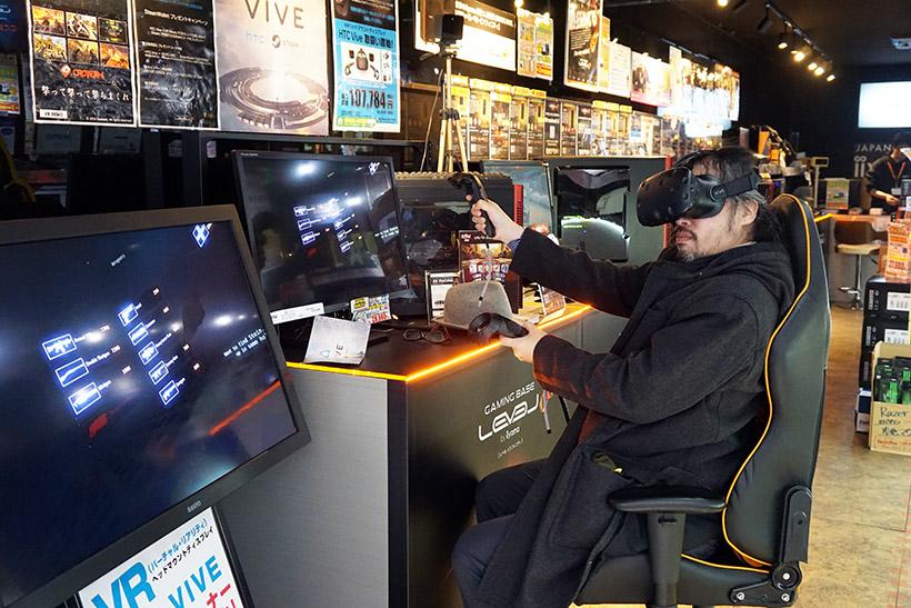↑1階の入り口付近にHTC Viveの座位プレイの体験試遊台が置いてあります。予約は必要ないので空いていたらすぐに遊べます