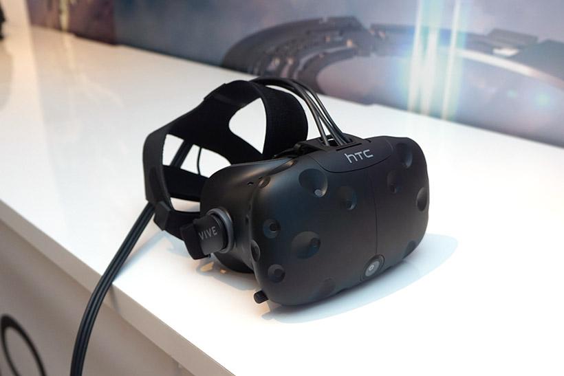 ↑HTC Viveのヘッドマウントディスプレイ。装着する時は不織布のマスクをするので、安心して使えます