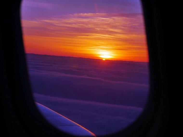 ↑羽田を飛び立ち、雲の上に出るとちょうど朝陽が上ってくるシーンに遭遇