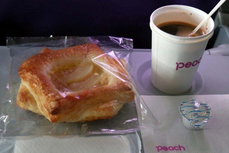 ↑豊富なメニューの中から軽めのメニューとして「ピーチデニッシュ」を選択。コーヒーはネスカフェのインスタントで200円だった