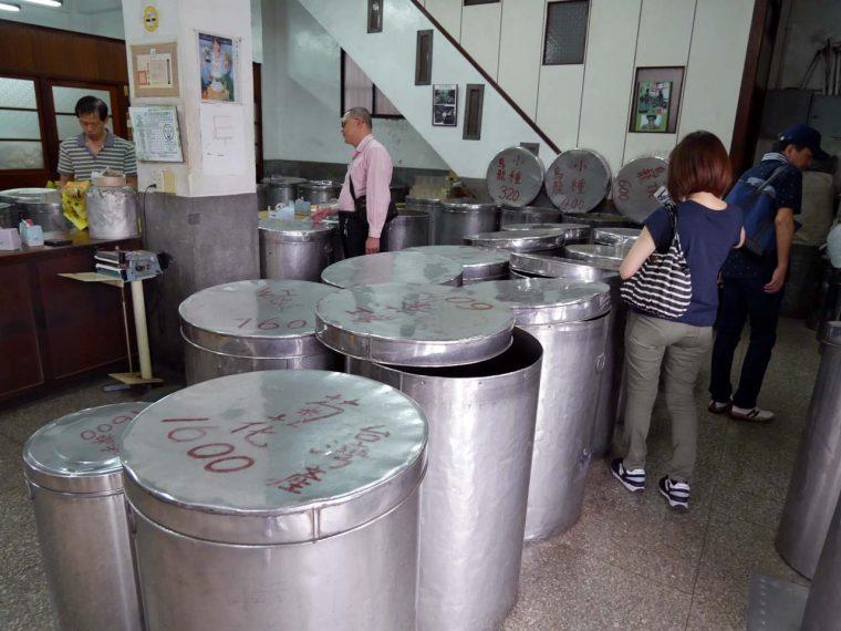 ↑店内にはお茶の葉が詰まったドラム缶のような容器が所狭しと並ぶ