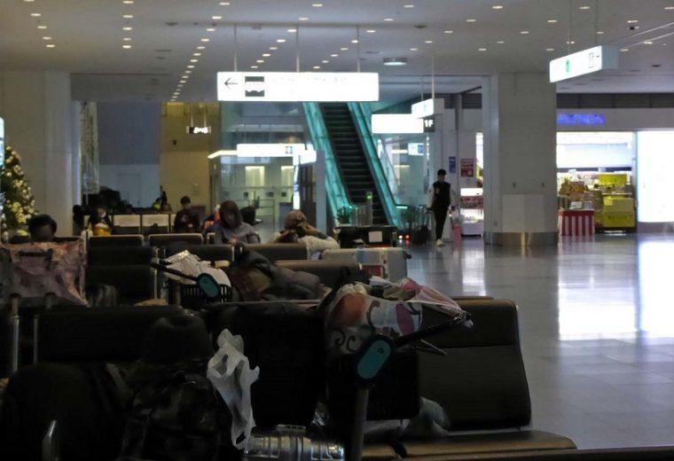 ↑羽田空港で夜通し過ごすのならコンビニがあって照明も明るくない1Fロビーがお勧め