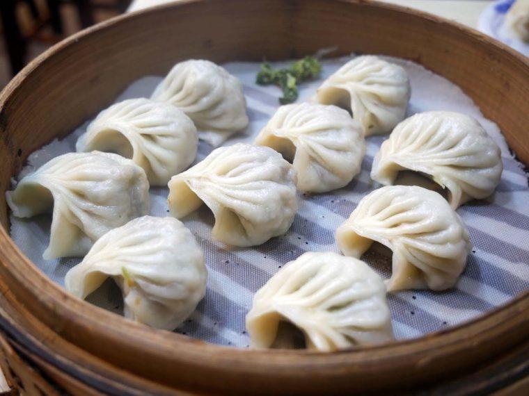 ↑チンゲン菜と椎茸が入った「菜肉蒸餃」(110元/10個)、豚肉入りチマキ「湖州粽」(50元)