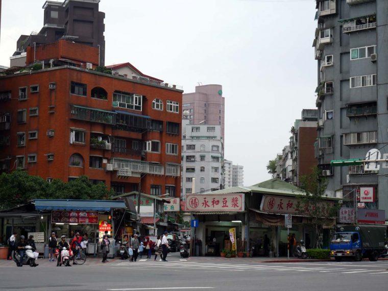 ↑新たに開発されたビル街の一角に懐かしい風景が随所に残るのも台北の良いところ