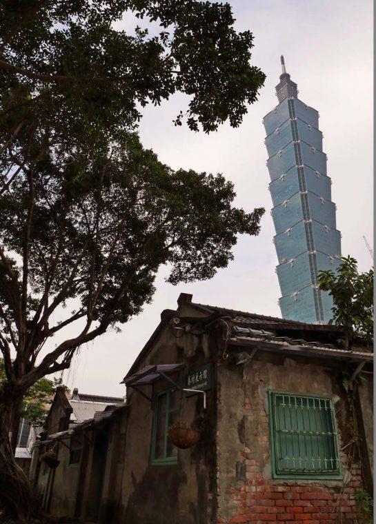 ↑「四四南村」から見た「台北101」。レトロな風景と同時に撮影できるポイント