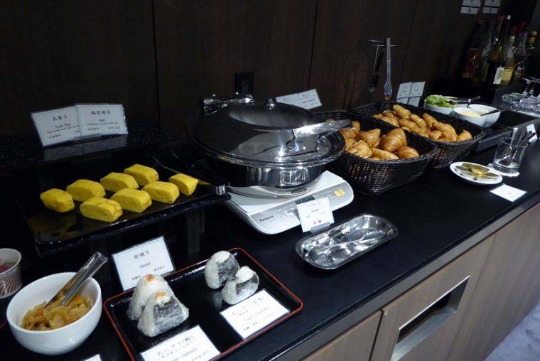 ↑朝食メニューとしてクロワッサンやおにぎり、卵焼き、ソーセージ、スープが用意されていた。飲物もアルコール類を含め、全て無料だ