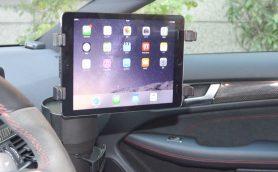 スマホナビは使いにくいと感じたら……タブレット用車載ドリンクホルダーマウントが便利!