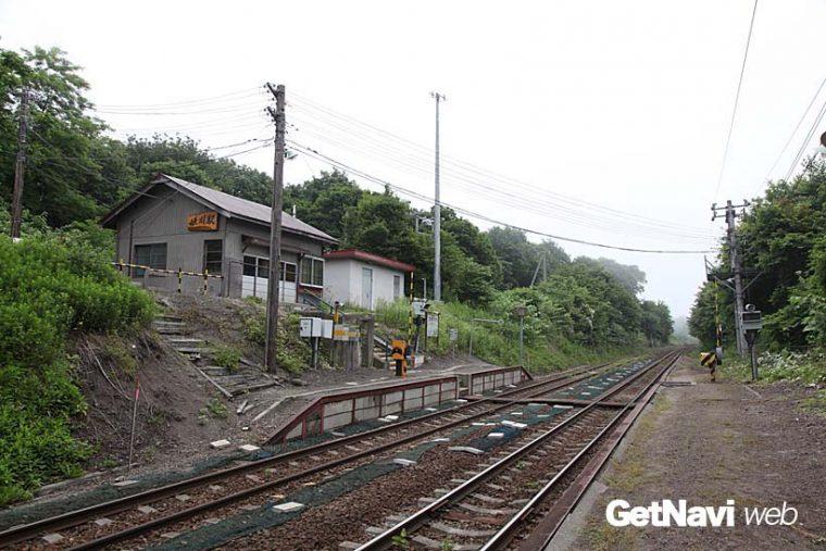 ↑ホームは2面、線路が2線という姫川駅。駅舎(待合室)が坂の上にある。写真の右手に国道5号が通る