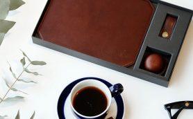 バレンタインは「食べられないチョコ」で差をつけろ! 革のプロ・土屋鞄が放つステーショナリーセット「チョコレザートBOX」
