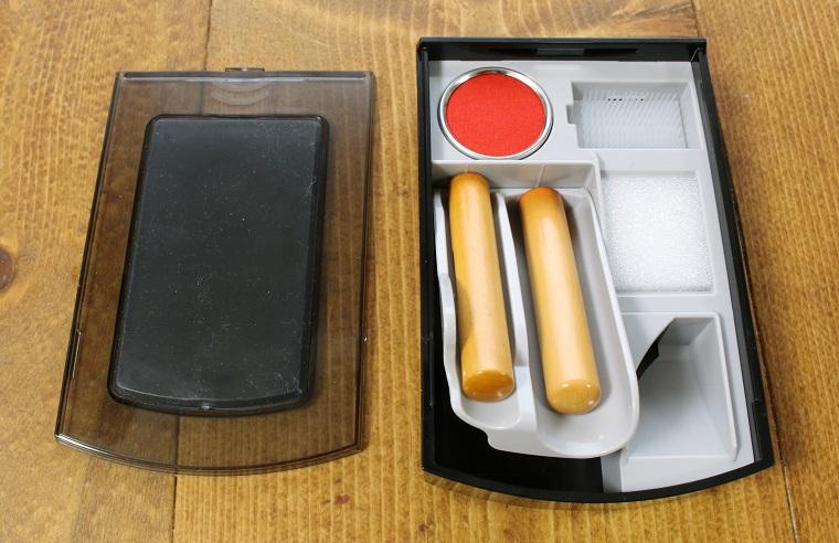 ↑ケースを開けると、印鑑入れが飛び出すギミック付き。懐かしの筆箱みたいでちょっとうれしい