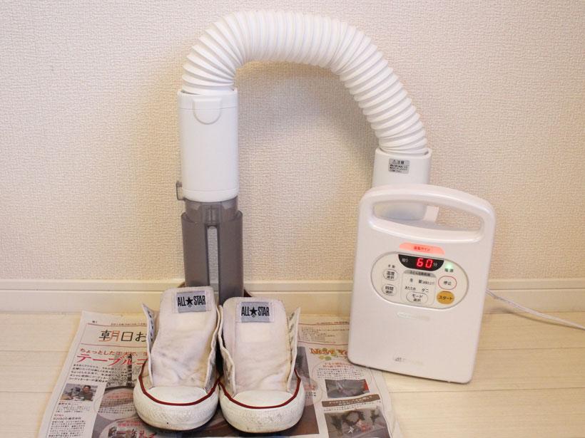 ↑先端を「くつ用アタッチメント」を装着し、2又に分かれた送風口を靴に差し込みます