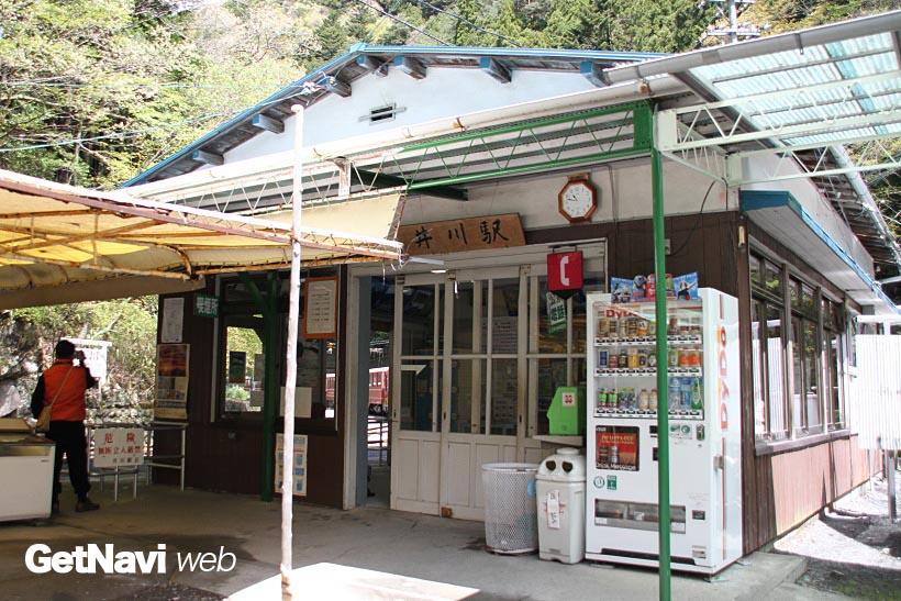 ↑深い山々に囲まれた終着駅の井川駅。駅構内には今は使われていないらしき多くの引込線が配置される
