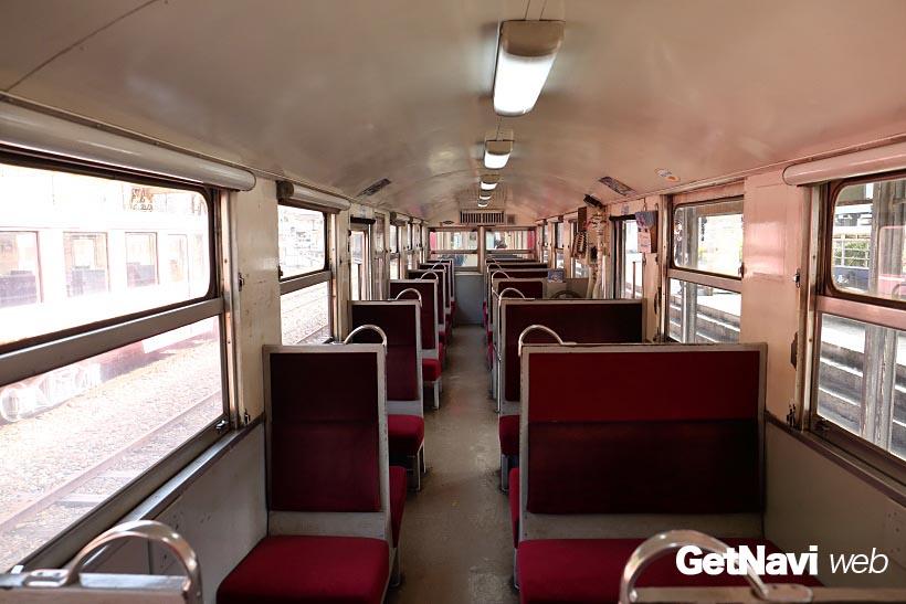 ↑井川線の客車の内部は、2列と1列シートがタテに並ぶ。通路は狭く天井高も低めだ