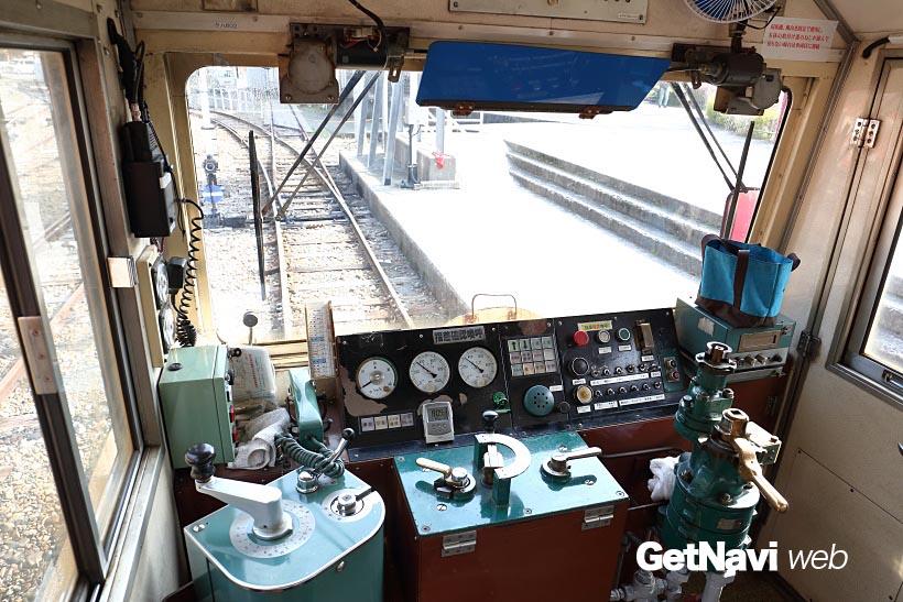 ↑井川駅側の客車に設けられた運転室。室内は狭く、運転士は中央に座って列車の運転操作を行う