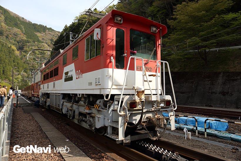 ↑アプトいちしろ駅で車体下にラックレール用の歯車を持つアプト式のED90形電気機関車を連結する