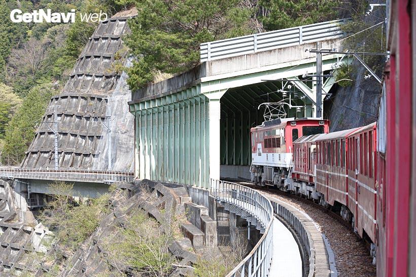 ↑アプトいちしろ駅〜長島ダム駅の1駅間のみ、千頭駅側に電気機関車が連結され、急勾配区間を走る