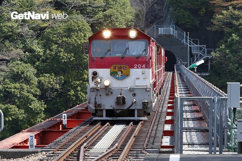 ↑橋梁を渡り、奥大井湖上駅に近づく上り列車。駅からはダム建設前に使われた、旧線などの遺構も見える