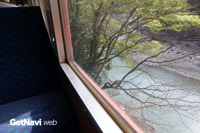 ↑車内からは、大井川の流れが眼下に望める。列車は断崖絶壁を走るため、スリリングに感じる車窓風景がつづく