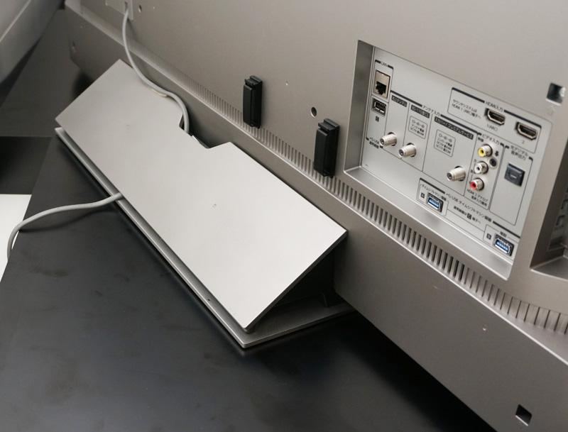 ↑有機ELテレビのフロアスタンドは後ろ側に重心を持たせているので、前に倒れる心配は少ない