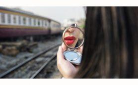 電車内メイクに怒るのは実は女性だけ!? やはり女の敵は女なのか