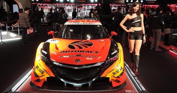 ↑いまや「東京モーターショー」の人気を凌ぐともいわれている。多くのキャンギャルが華を添える(写真は2015年)