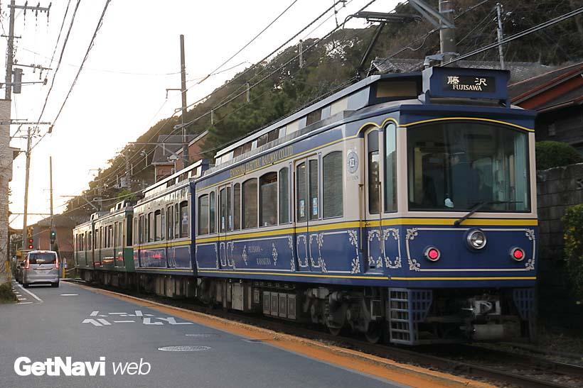 ↑稲村ケ崎駅〜極楽橋駅間では、細い道に沿った併用軌道区間がある。趣ある情景を撮るならこの区間は抑えておきたい