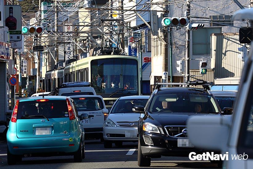↑通りでは係員が車の誘導をしているものの、ときには電車が車の渋滞に巻き込まれてしまうこともある