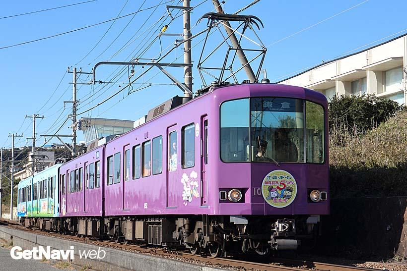 ↑1000形1002-1052号車は、姉妹提携を結ぶ京福電気鉄道(通称・嵐電)カラーの京紫色に塗られている