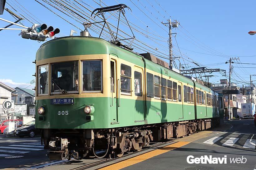↑1960年製の300形305-355号車。正面に「藤沢−鎌倉」と書かれたサボが付く。古参らしい風貌が味わい深い