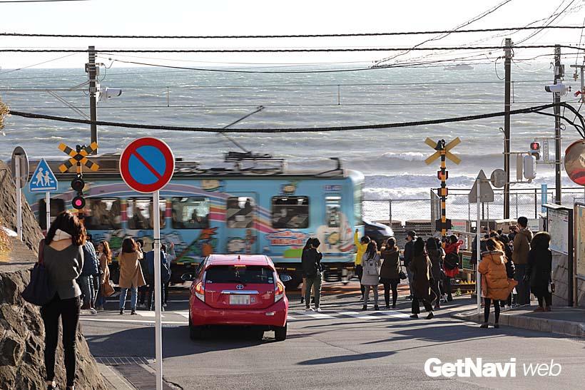 ↑真冬の強風が吹き荒れる中でもこの状態、ここ数年の鎌倉高校前駅にある踏切の人気ぶりには驚かされる