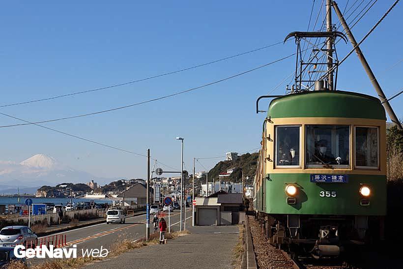 ↑七里ヶ浜駅〜稲村ケ崎駅間で撮影した富士山と300形。同エリアでは、色々な構図にチャレンジすることが可能だ