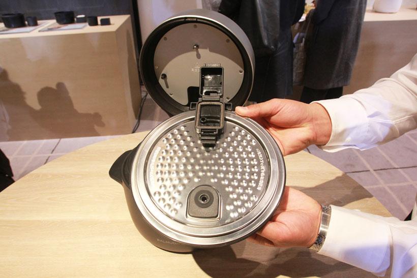 ↑お手入れは2つの釜のほか、内ブタ1枚を洗えばOK。内ブタについている小さなボックスは、蒸気が水分となって内釜の中に戻るのを防ぐもの。小さなフタを開ければボックスの中を洗えます