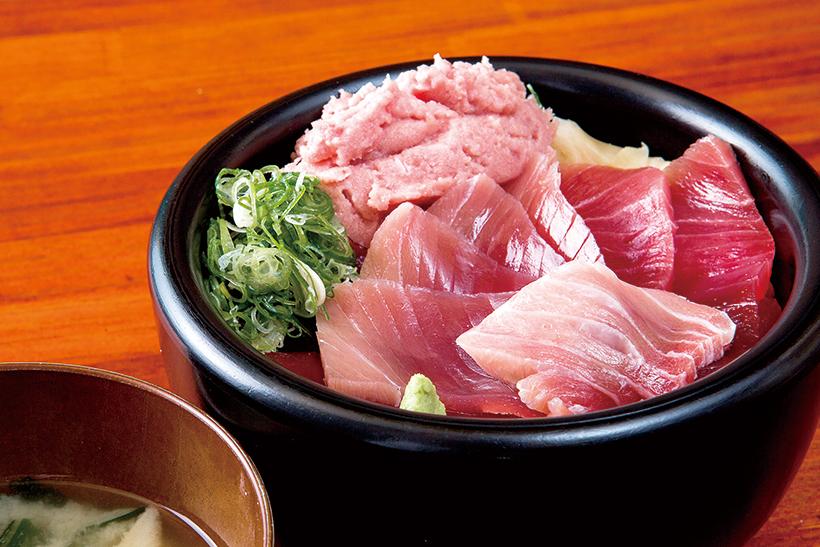 ↑三色丼(1200円) 赤身ととろ、ねぎとろが入った豪華な丼。同店のまぐろネタがすべて味わえます