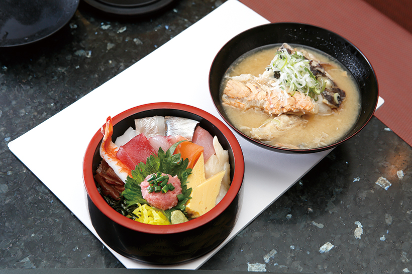 ↑タフ丼/みそ汁付き(734円) 赤身・サーモン・石垣貝・すずき・あじなど10種の魚介入り。ネタの種類は日によって異なる