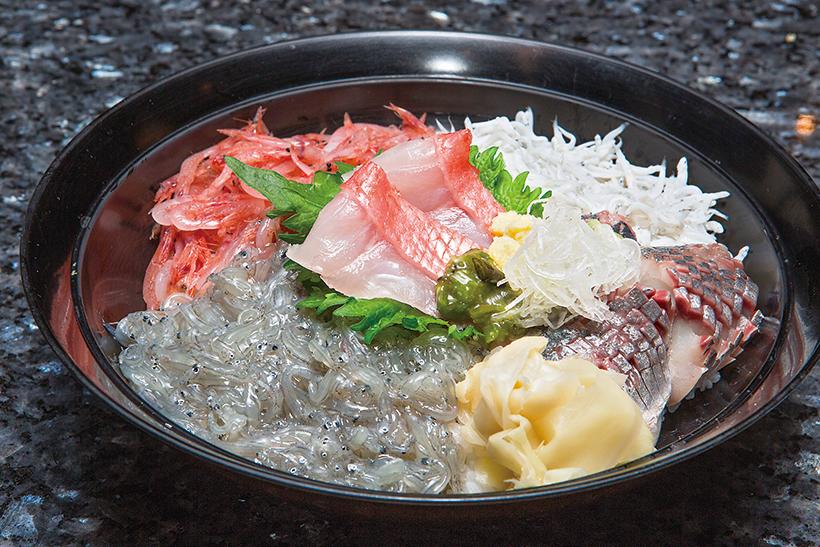 ↑沼津丼(1620円) 生桜えびや金目鯛、あじや生しらすなど、駿河湾の海の幸がたっぷり。鮮度が高く、甘み・うまみが強い。小鉢とみそ汁付き。平日11〜14時の限定商品だ