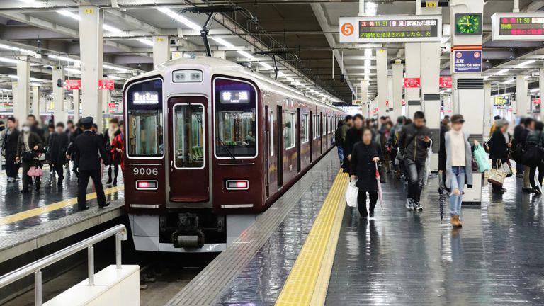 """↑電車や駅前など、住民が多く行き来するパブリックスペースに足を運んでみましょう。どんな人たちが暮らしているか、街の""""顔""""が見えるはずです"""